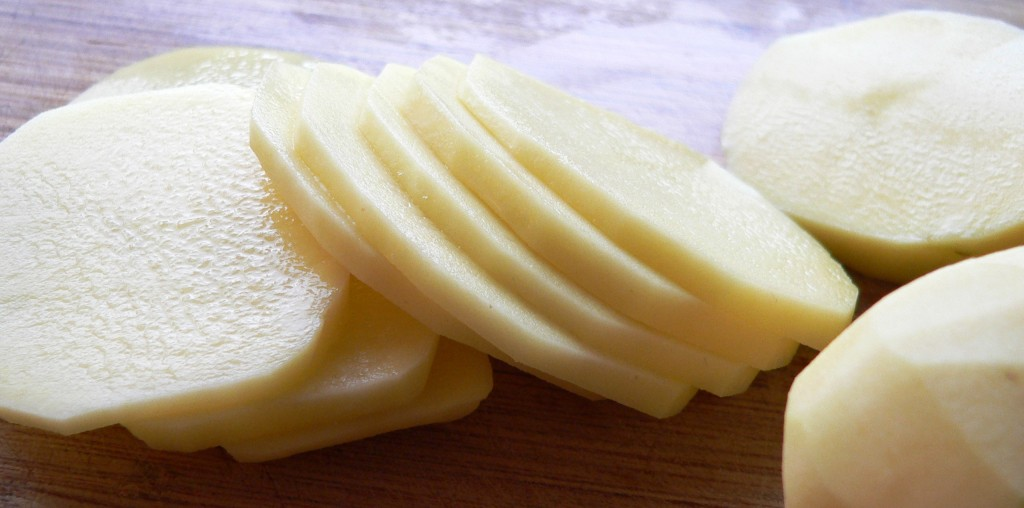 potato-slices-for-scalloped-potatoes-with-ham-and-onion-1024x508